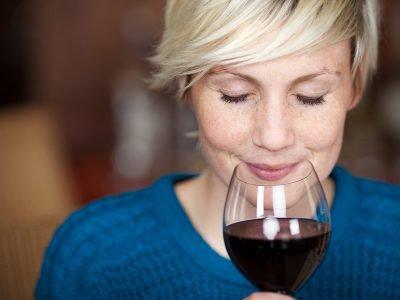 Você sabia que o vinho é uma bebida muito benéfica para a nossa saúde? Quando consumido com parcimônia, é um aliado e tanto. Clique e confira os benefícios.