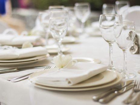 Você conhece todas as regras de etiqueta à mesa? Sabe como organizar perfeitamente um jantar formal? Não? Então confira nossas dicas básicas.