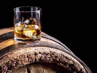 Conheça mais sobre os tipos de whisky e o que o rótulo da bebida pode lhe ensinar sobre sua produção, maturação e origem. Vem que a gente Simplifica!