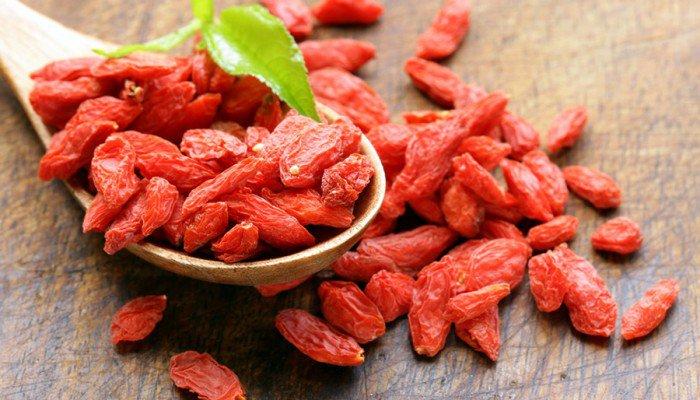 Você sabe o que é goji berry? Não? Então confira todos os benefícios dessa frutinha e saiba como incluí-la em sua dieta diária. Vem que a gente Simplifica!