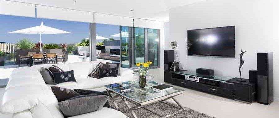 Quer otimizar o espaço na sua casa? Então que tal aprender como colocar TV na parede? Além de deixar seu cômodo mais espaçoso, ainda te ajuda na decoração.