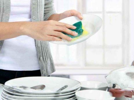 Chega de tristeza na hora de lavar louças. Com algumas dicas, é possível deixar tudo limpo em pouco tempo. Vem que a gente Simplifica!