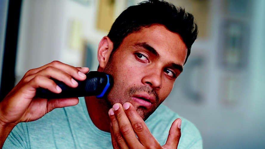 barbeadores eletricos - se barbeando no espelho